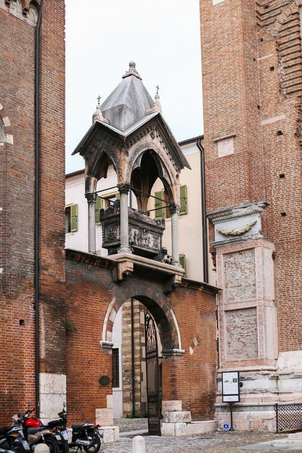 Medeltida gravvalv på porten till Sant ` Anastasia Church royaltyfria bilder