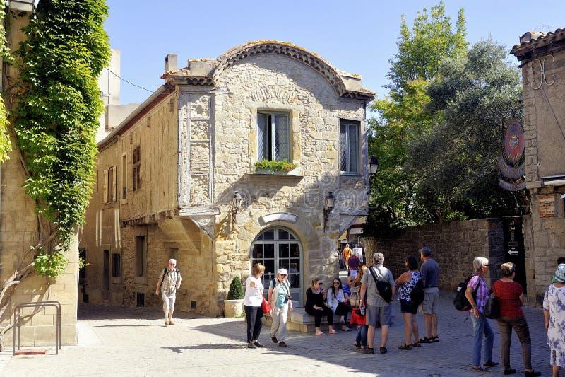 Medeltida hus i en gränd av den stärkte staden av Carcassonne royaltyfria bilder