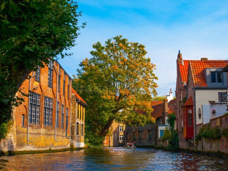 Medeltida hus längs kanaler av Bruges i höst fotografering för bildbyråer