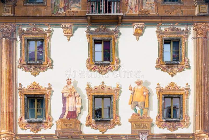 Medeltida hus med det färgrika väggmålningcentret i Berchtesgaden, Tyskland royaltyfria bilder
