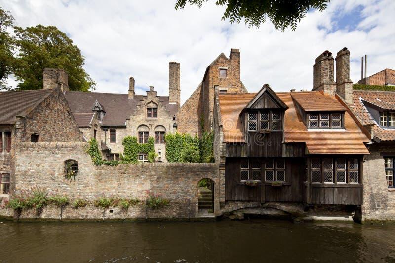 Medeltida hus på kanalen i Bruges royaltyfria bilder