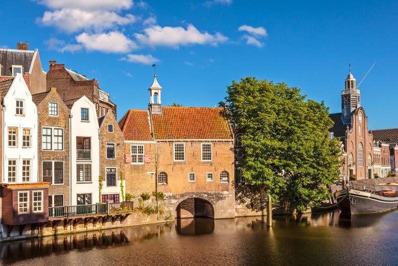 Medeltida hus tillsammans med en kanal i Delfshaven, Nederländerna arkivfoton