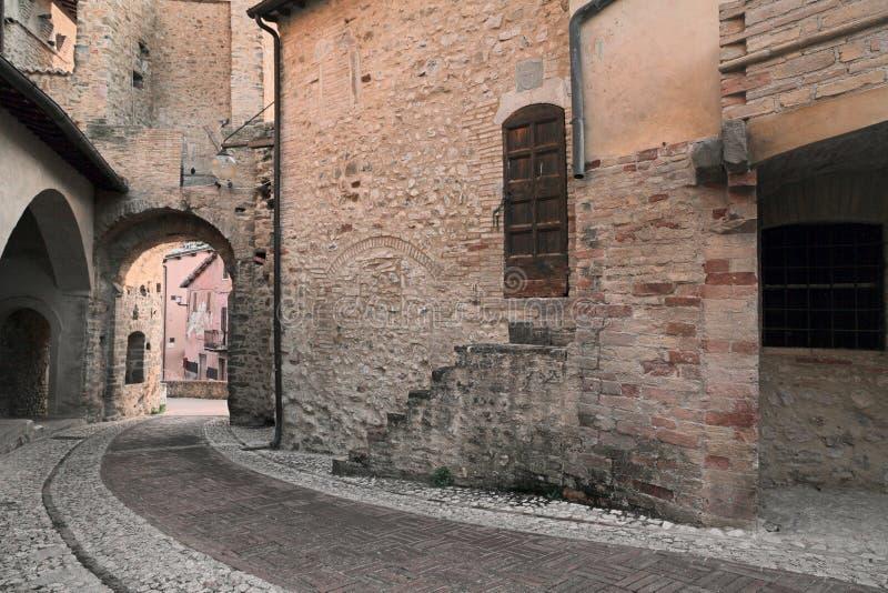 Medeltida by i Umbria, Italien royaltyfria bilder