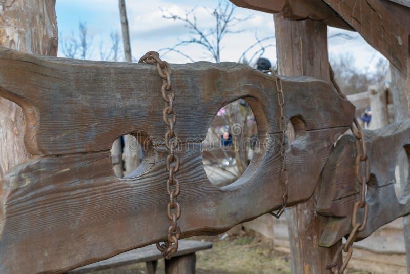 Medeltida instrument av tortyr av folk, träkedjor arkivfoto