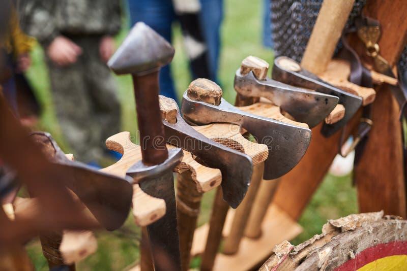 Medeltida järnyxor, med trähandtag arkivfoton