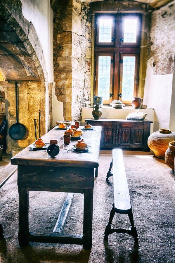 Medeltida kök i gammal slott royaltyfria bilder