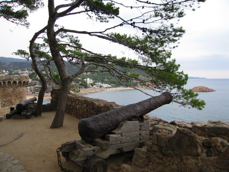 Medeltida kanon på slottväggarna i Tossa de Mar, Costa Brava (Spanien) arkivfoto
