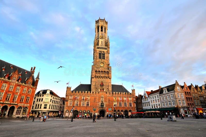 Medeltida klockstapel av Bruges på skymning, Belgien royaltyfria bilder