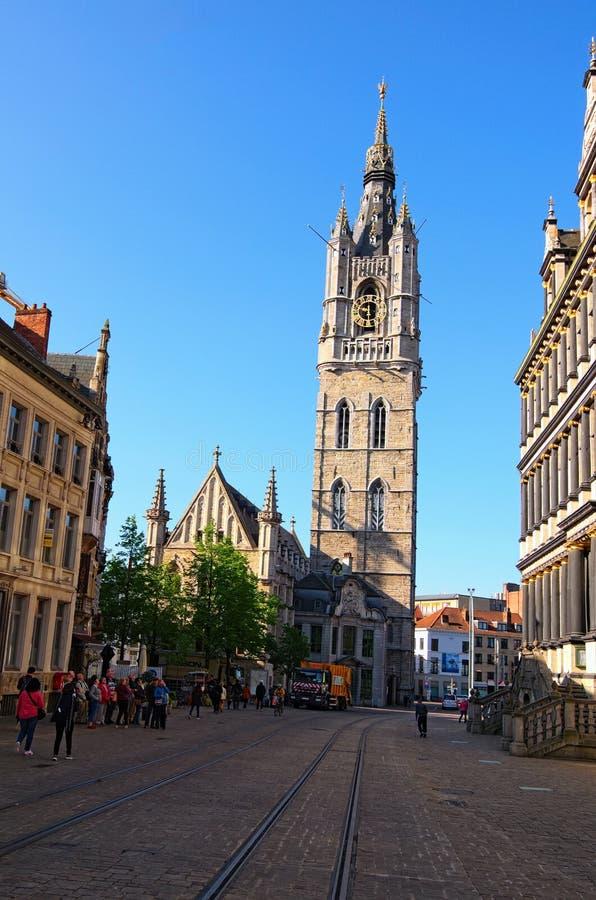 Medeltida klockstapel av sikten för Ghent Het Belfort skåpbil Herre från den Botermarkt gatan på vårmorgonen royaltyfri fotografi