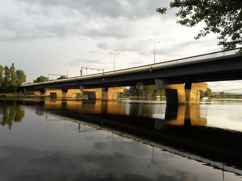 Medeltida konstruktioner f?r modernt f?r teateraftonprague bro som tr? f?r arkitekturer skapar tr?valv royaltyfria bilder