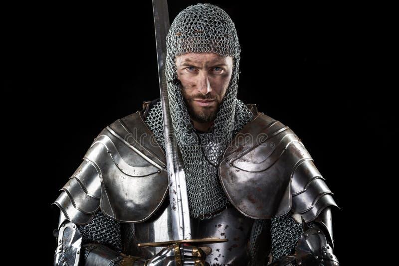 Medeltida krigare med det ringbrynjapansaret och svärdet royaltyfri fotografi