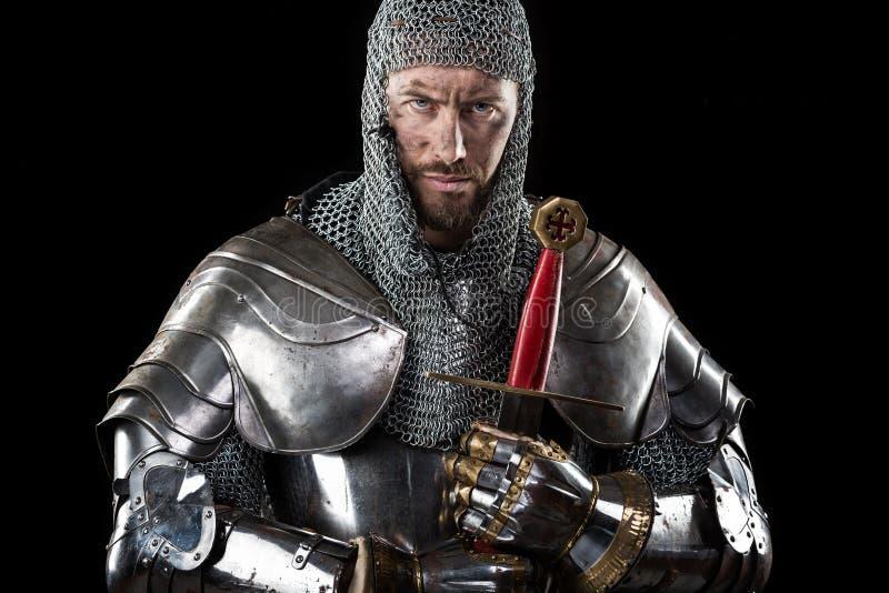Medeltida krigare med det ringbrynjapansaret och svärdet royaltyfri bild