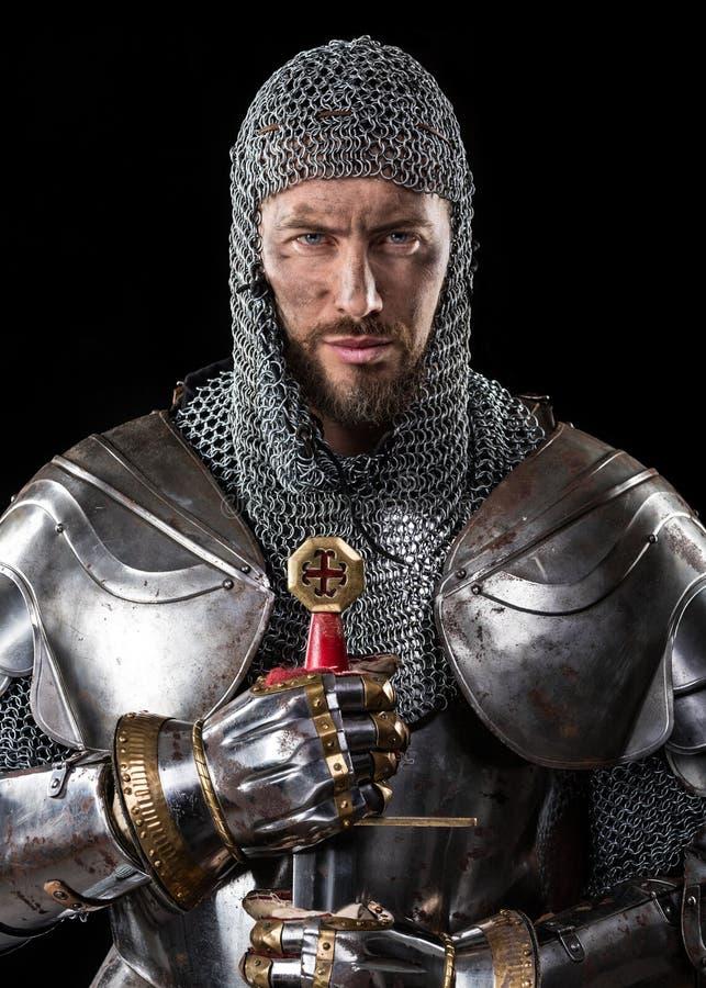 Medeltida krigare med det ringbrynjapansaret och svärdet arkivfoton