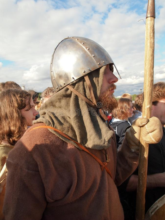 Medeltida krigare på den historiska festivalen royaltyfri fotografi