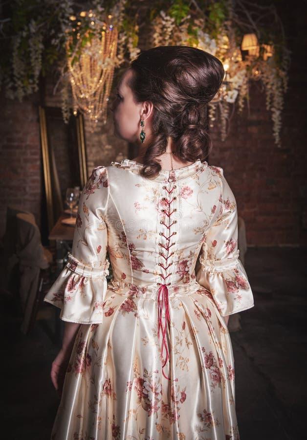 medeltida kvinna för härlig klänning Baksida poserar royaltyfri foto