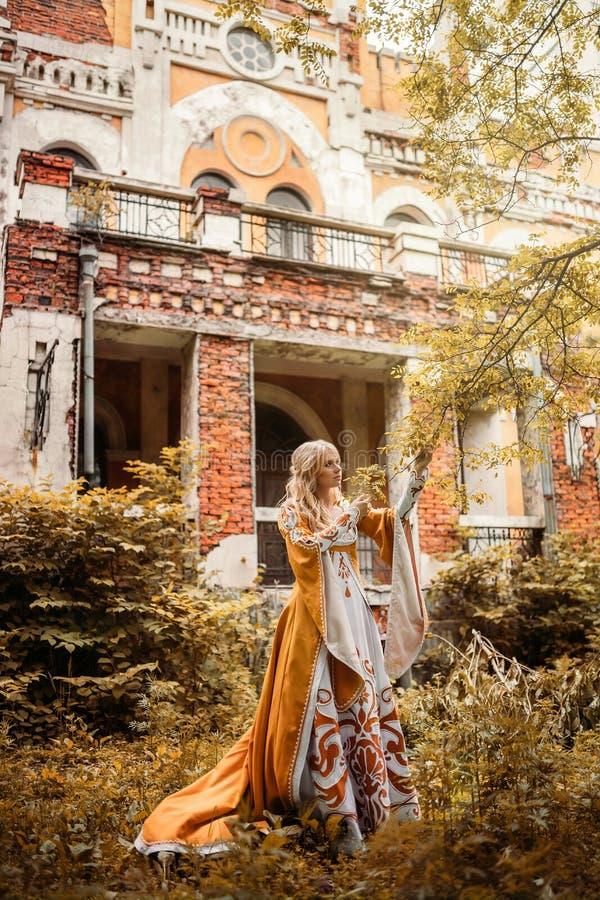 medeltida kvinna för klänning royaltyfri foto