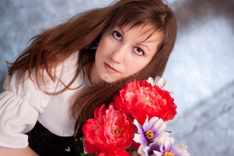 Medeltida kvinna med blommor royaltyfri bild