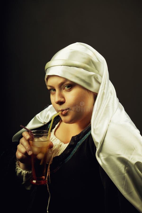 Medeltida kvinna med coctail royaltyfri bild