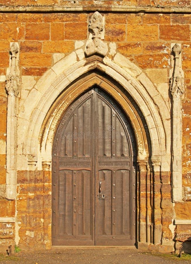 medeltida kyrklig dörr arkivbilder