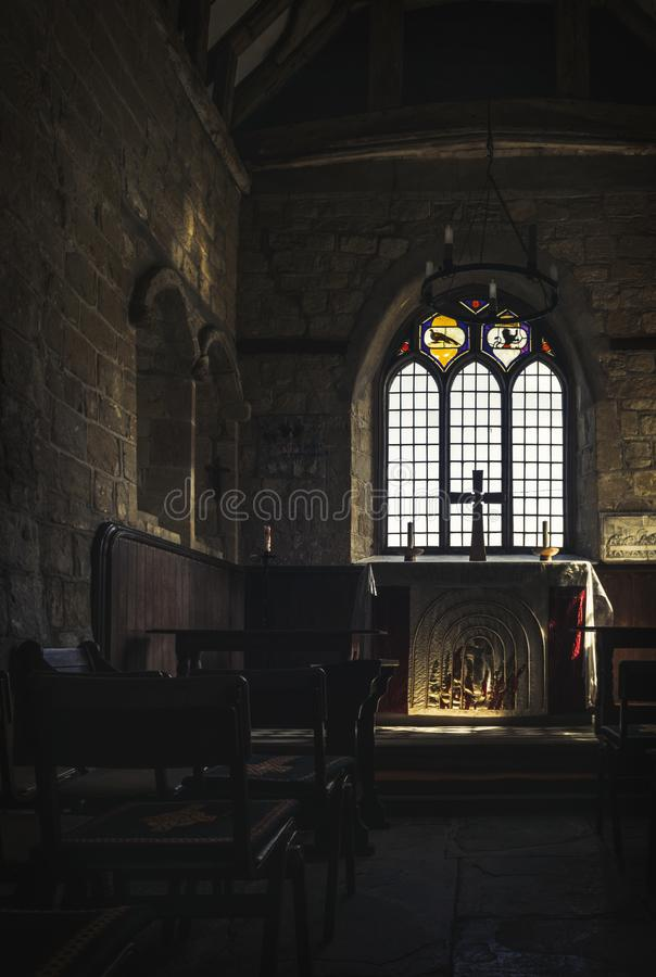 Medeltida kyrklig interior royaltyfria bilder