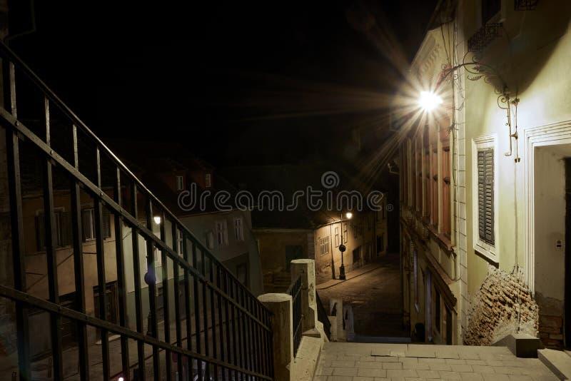 Medeltida mörk gammal gata arkivfoton