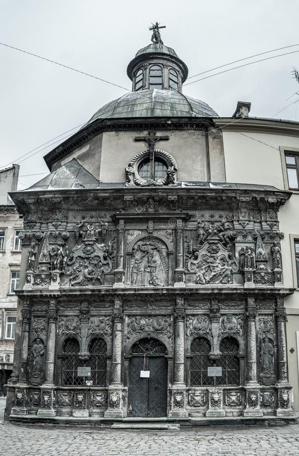 Medeltida monument - gravvalv som göras från stenen med härliga skulpturer royaltyfria bilder