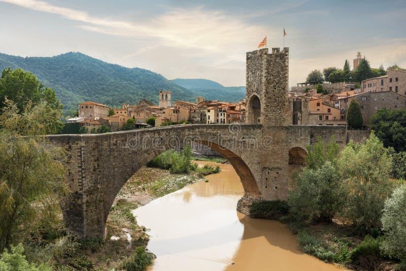 Medeltida by och bro i Besalu Catalonia Spanien royaltyfria bilder