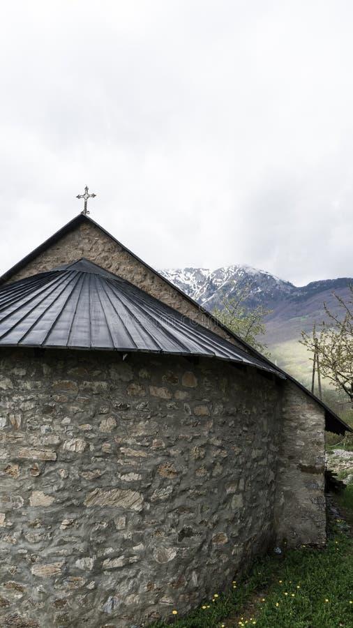 medeltida ortodoxt kapell Liten gammal stenkyrka med typisk arkitektur f?r Montenegrian byar arkivfoton
