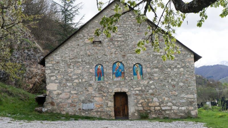 medeltida ortodoxt kapell Liten gammal stenkyrka med typisk arkitektur f?r Montenegrian byar arkivbild