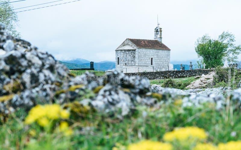 medeltida ortodoxt kapell Liten gammal stenkyrka med typisk arkitektur f?r Montenegrian byar royaltyfria bilder
