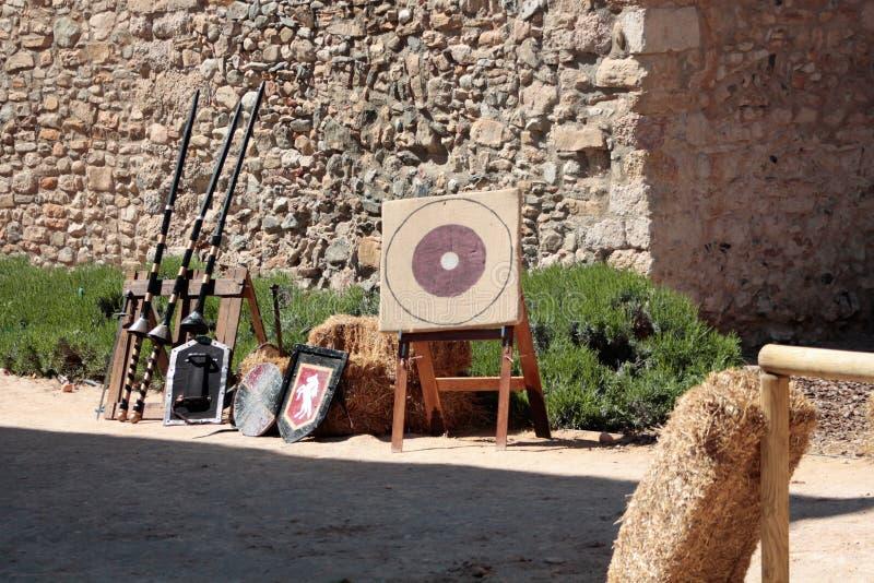 Medeltida plats med forntida vapen royaltyfri fotografi