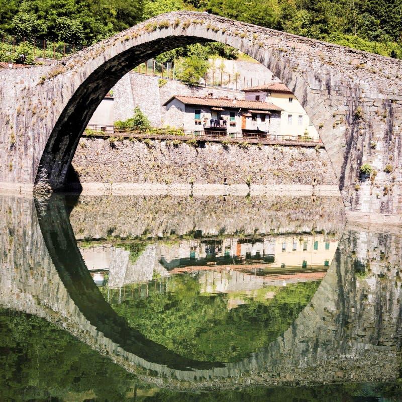 Medeltida Ponte della Maddalena över Serchioen arkivbilder