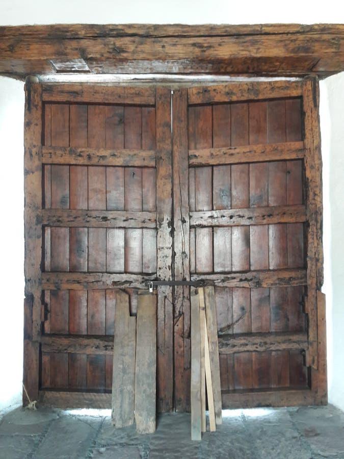 Medeltida port av ett hus och ett träd som växer på väggen royaltyfri bild