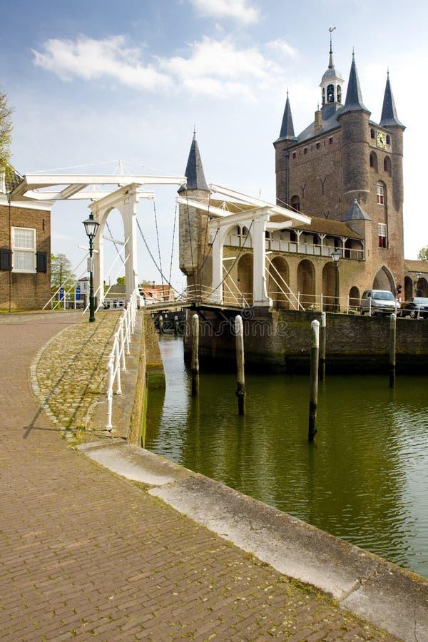 medeltida port och klaffbro, Zierikzee, Zeeland, Nederländerna arkivbild