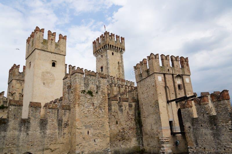 Medeltida portbefästning av den Scaliger slotten i Sirmione Italien royaltyfri bild