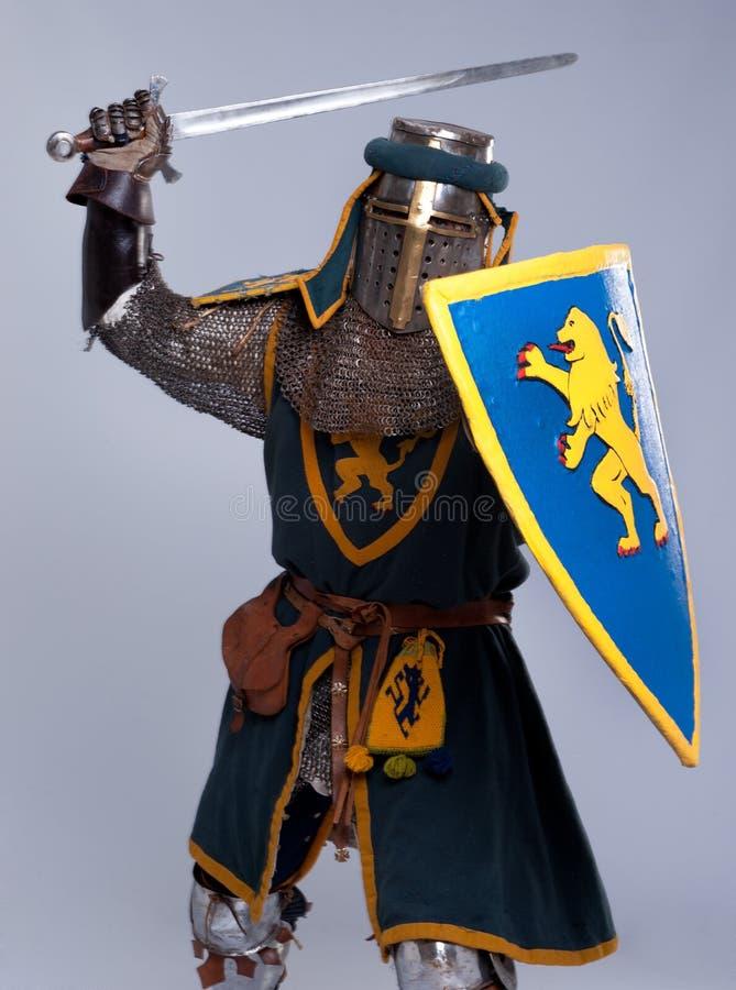 medeltida pos. för attackriddare fotografering för bildbyråer