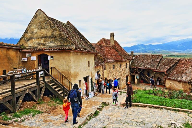 Medeltida Râşnov för turist- dragning för by citadell Transylvania Rumänien royaltyfria bilder