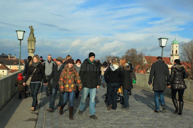 medeltida regensburg för bro turister arkivfoton