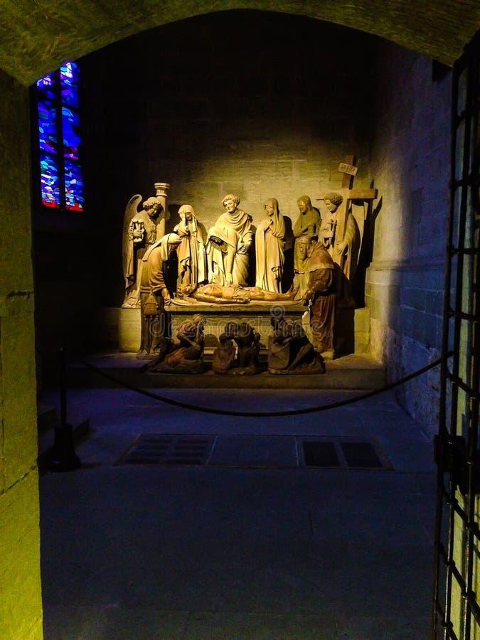 Medeltida religiös skulptural sammansättning i gotiska Roman Catholic St Nicholas Cathedral i Fribourg, Schweiz royaltyfri foto