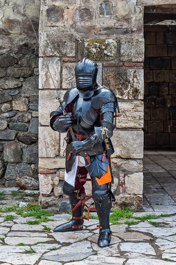 Medeltida riddare med det postpansaret och svärdet royaltyfri fotografi