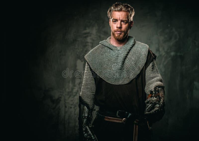 Medeltida riddare med svärdet och pansaret arkivfoton