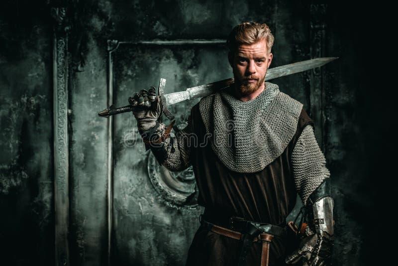 Medeltida riddare med svärdet och pansaret fotografering för bildbyråer
