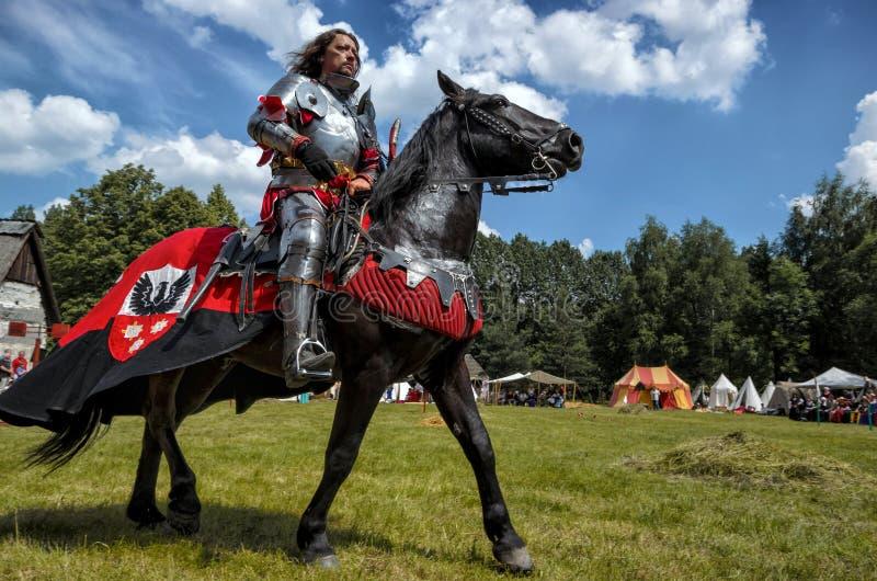 Medeltida riddare på hästrygg royaltyfria bilder