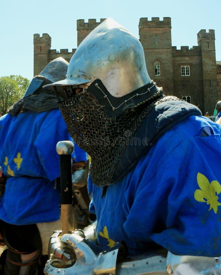 Medeltida riddare som är klar för strid royaltyfri foto