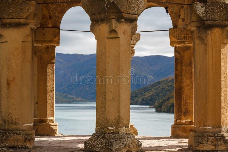 Medeltida slott av Ananuri royaltyfri foto