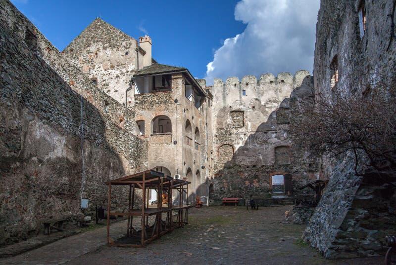 Medeltida slott i Bolkow F?ll ned Silesia arkivfoton