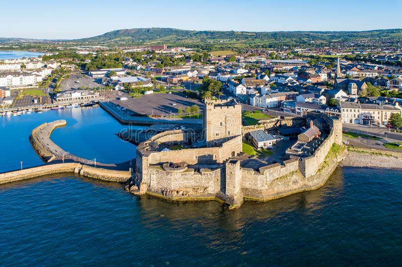 Medeltida slott i Carrickfergus nära Belfast fotografering för bildbyråer
