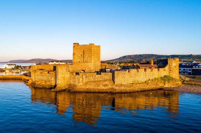 Medeltida slott i Carrickfergus nära Belfast på soluppgång royaltyfri foto