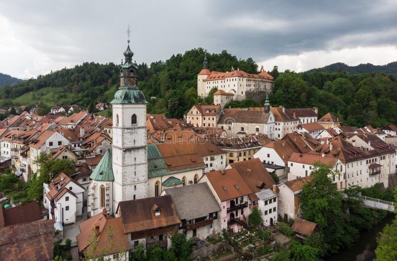 Medeltida slott i gammal stad av Skofja Loka, Slovenien royaltyfri bild