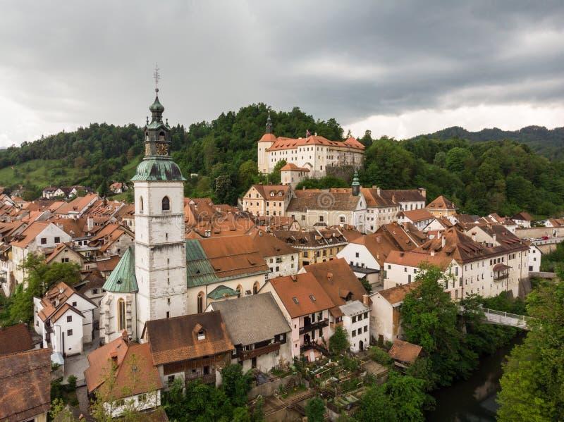 Medeltida slott i gammal stad av Skofja Loka, Slovenien arkivbilder